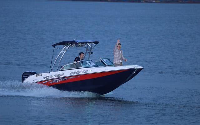 成龙坐游艇向粉丝帅气挥手,发际线令人堪忧,不得不承认老了