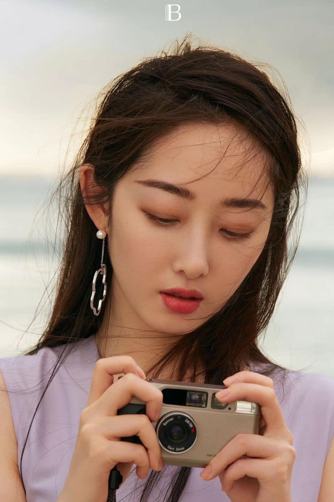 蒋梦婕时尚画报释出,极简连衣裙出众气质,红裙优雅又性感!