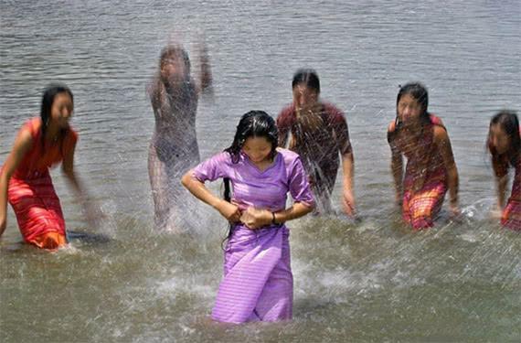 缅甸的一个奇葩习惯,缅甸人为什么喜欢露天洗澡,不知羞吗?