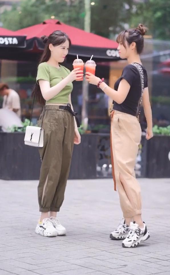 """街头出现一种""""开叉萝卜裤"""",爱美的闺蜜早已穿上,可辣可帅气!"""