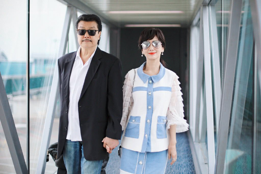 赵雅芝65岁还是少女,拼接外套配超短裙,跟老公牵手似热恋情侣