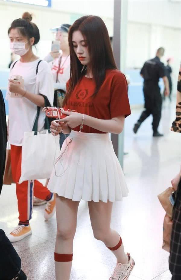<b>鞠婧祎终于对红发下手了!仙女颜秒变网红脸,四千年美女果然有水</b>