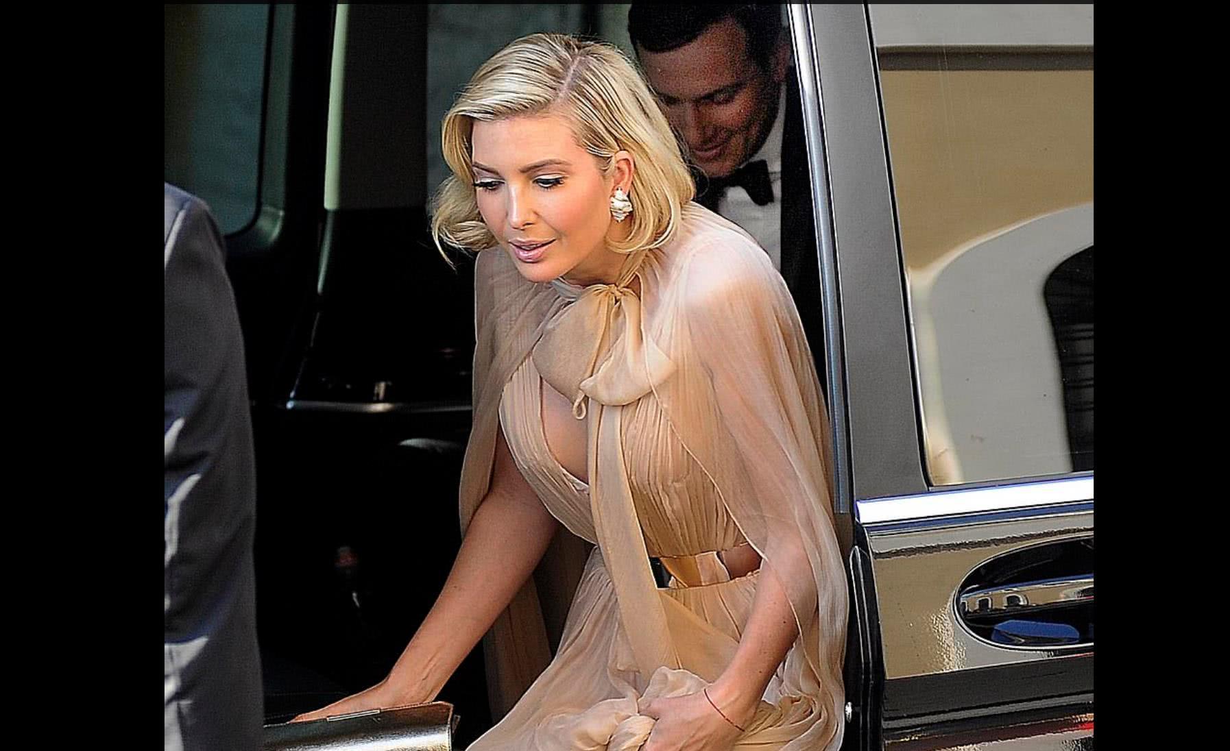 伊万卡身着淡桃色及地长裙参加婚礼,太美、犹如好莱坞影星