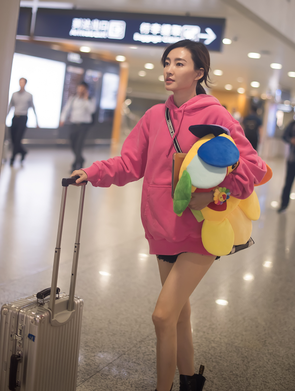 王丽坤穿粉色的连帽卫衣裙,扎了个小辫子,显得非常有少女感!