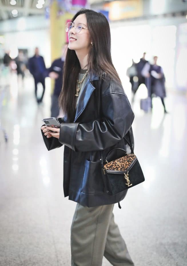 """<b>她被称为""""中国版泫雅"""",皮衣男友裤穿出来超飒,气场不输泫雅!</b>"""