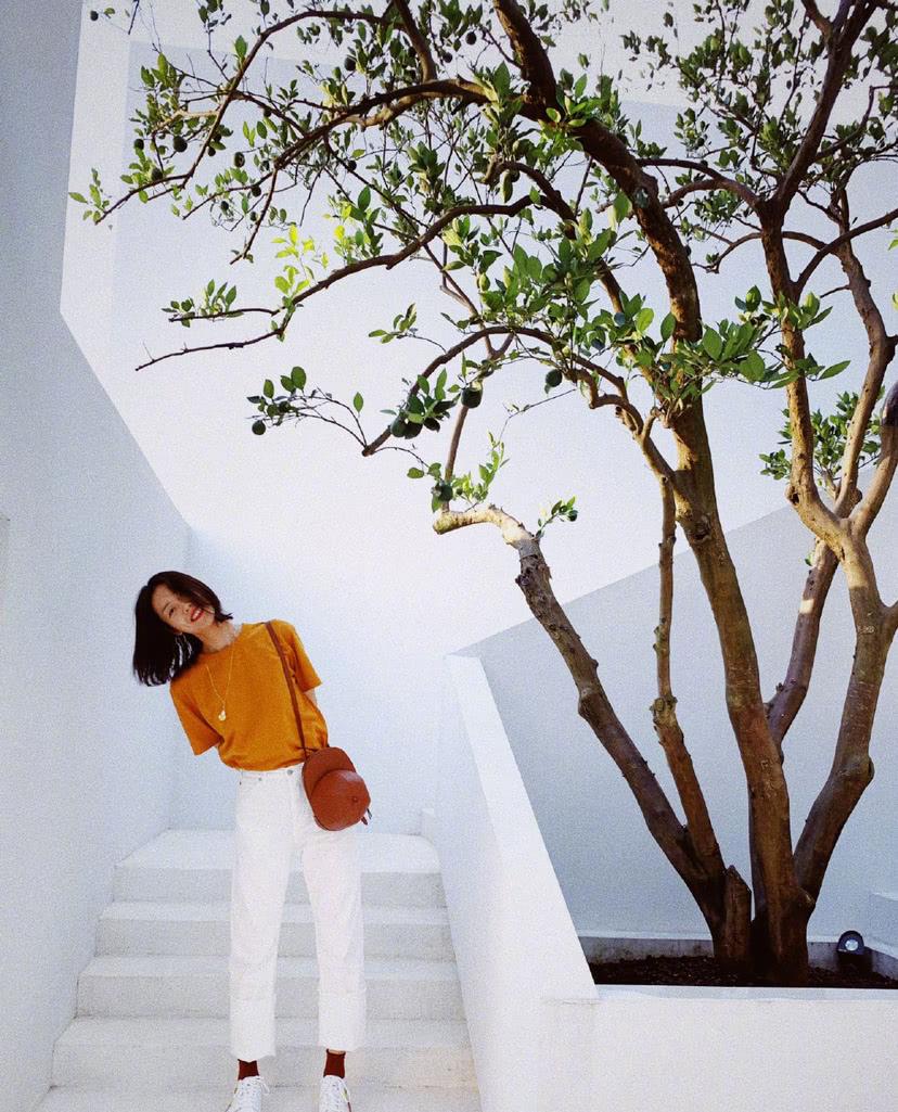 刘雯化身焦糖女孩,基础款T恤也能穿出高级感,不愧是亚洲名模