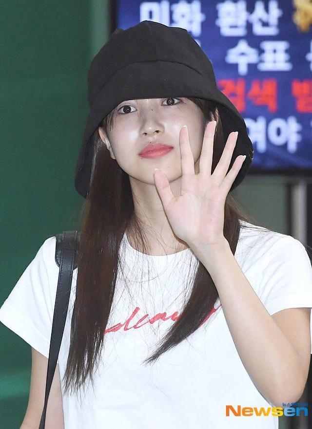 疑患恐慌症休养,TWICE Mina低调抵韩牵妈妈手出机场