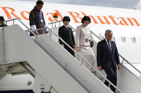 日本皇太子一家3口抵达不丹!13岁王子笑开花,不丹公主惊艳了