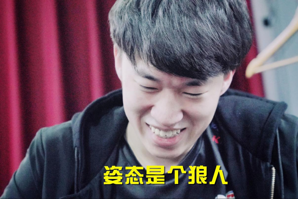 <b>RNG的粉丝学到了姿态的精髓,这位粉丝一上台,Uzi笑得最嗨</b>