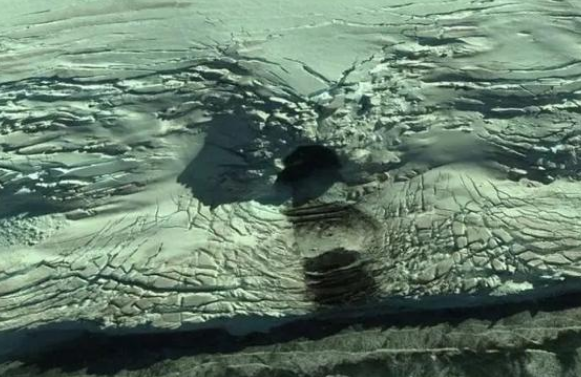 """南极一小岛上出现""""巨洞"""",在谷歌地图清晰可见,为什么会这样?"""