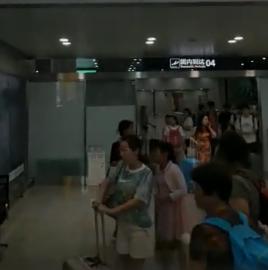 王一博粉丝在机场误接EDG,EDG粉丝:他不是王一博,他不是
