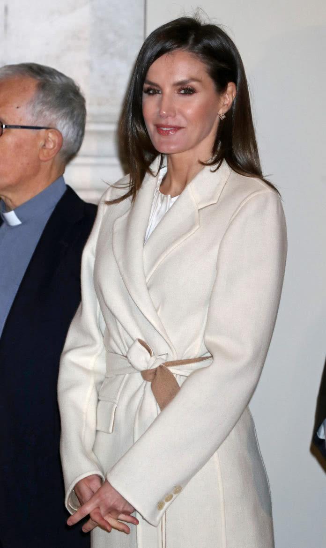 "<b>西班牙王后穿""呢大衣""太时髦!搭裙子气质优雅,配长裤气场十足</b>"