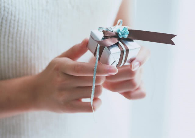 表白一般送什么比较好 这两种礼物让你攻克心爱的她