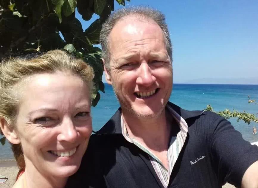 两对夫妻开心度假酿悲剧:汽车过桥时遇强风致翻车落水、3死2伤