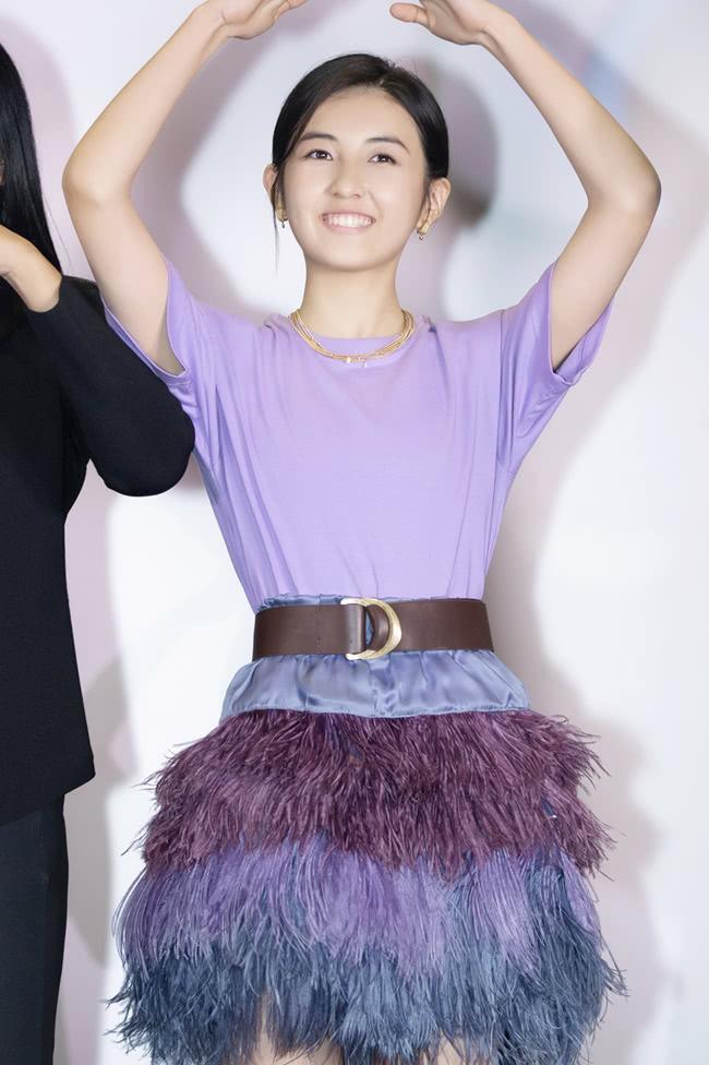 """<b>张子枫又得罪造型师了?不给画口红还穿""""扫帚裙"""",白费了美貌!</b>"""