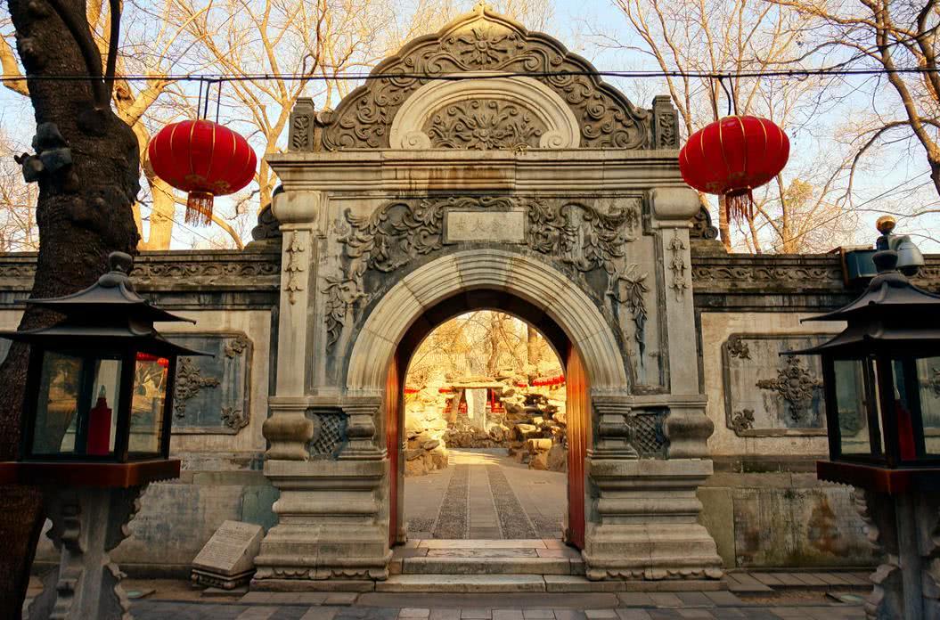 和珅的豪宅后来变成了王府,近代又变成学校,现在是北京5A景区