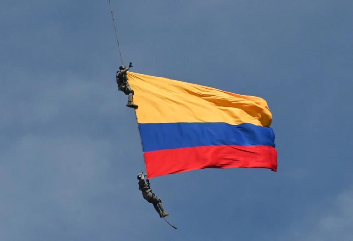 哥伦比亚空中特技表演酿意外,两特种兵随国旗从高空坠下摔死