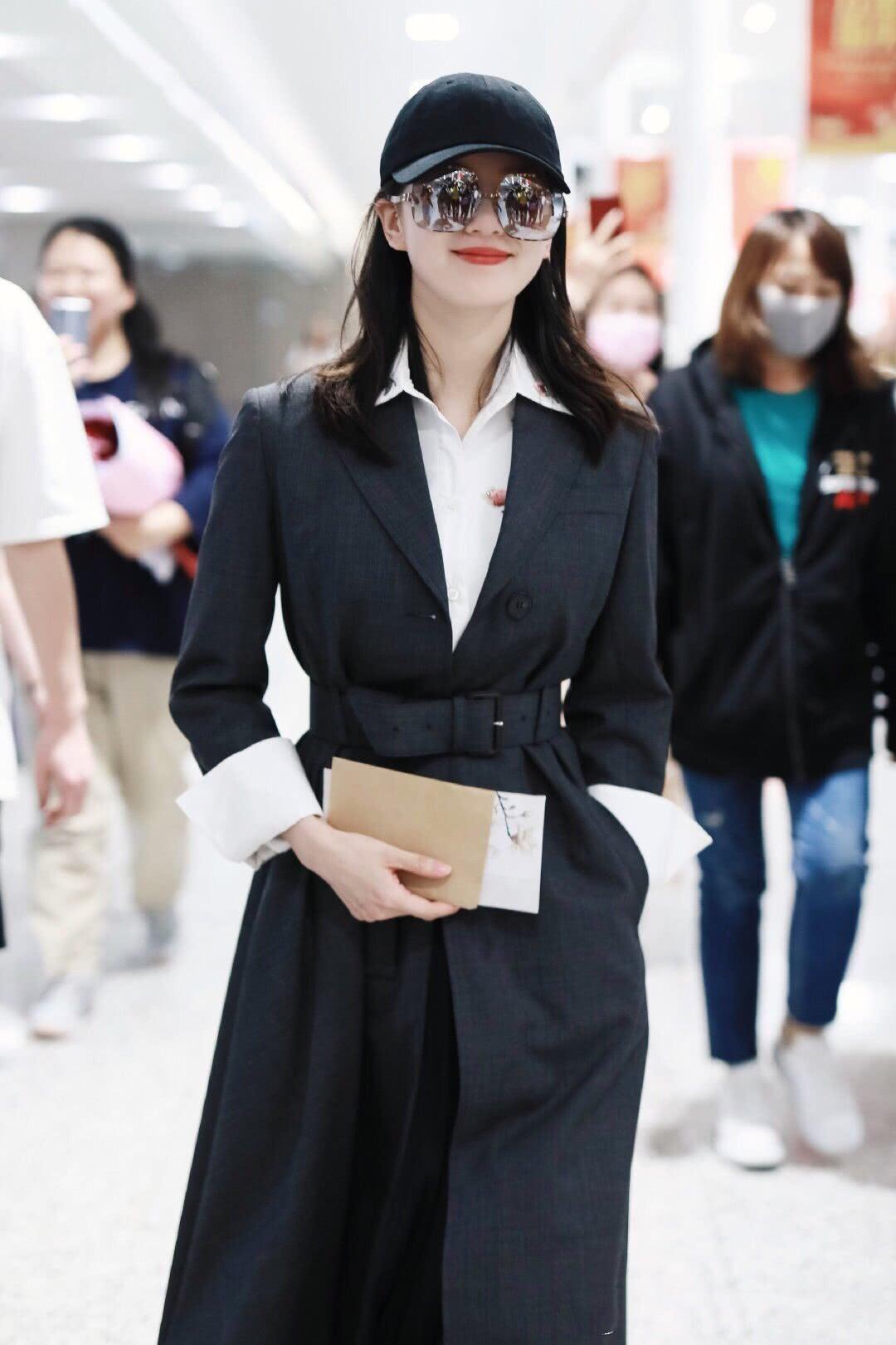 刘诗诗现身机场,穿长西装外套搭配白衬衫好优雅,藏不住的天鹅颈