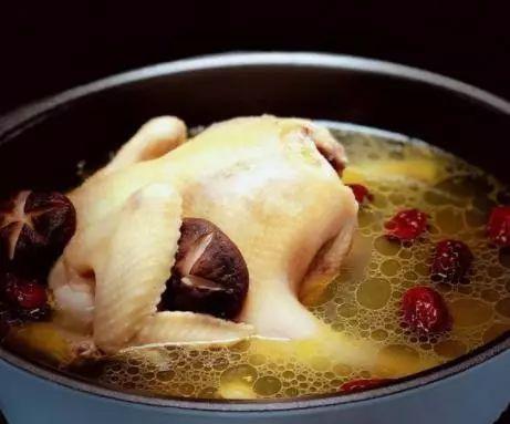 """炖鸡汤时,要熟记""""三不原则"""",做对喝的是汤,做错喝的就是油了"""