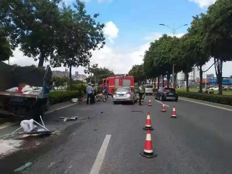 南宁秀厢大道一小车追尾绿化车,两环卫工人受伤 小车司机昏迷