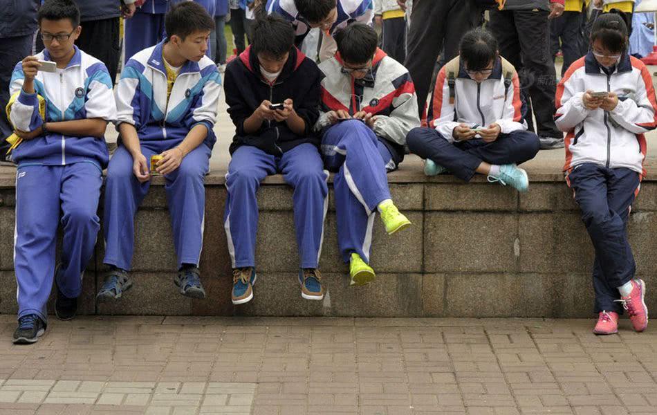 孩子沉迷手机怎么办?这五个规矩,父母需要早点立下!