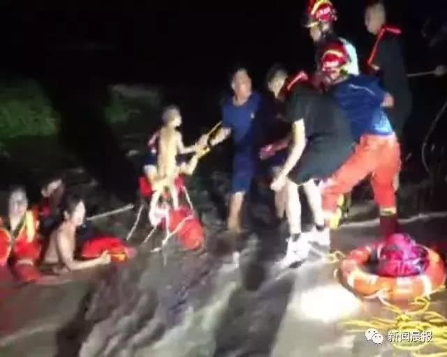 <b>生死营救!看海遭遇涨潮,小男孩被母亲高举头顶…</b>