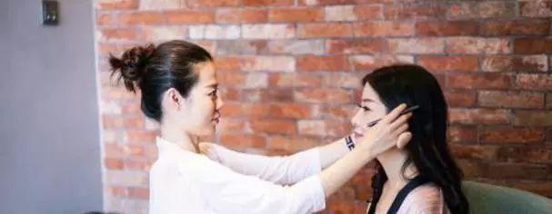 女人一定要会淡妆,化妆师教你用这些化妆品,手残党一秒就学会