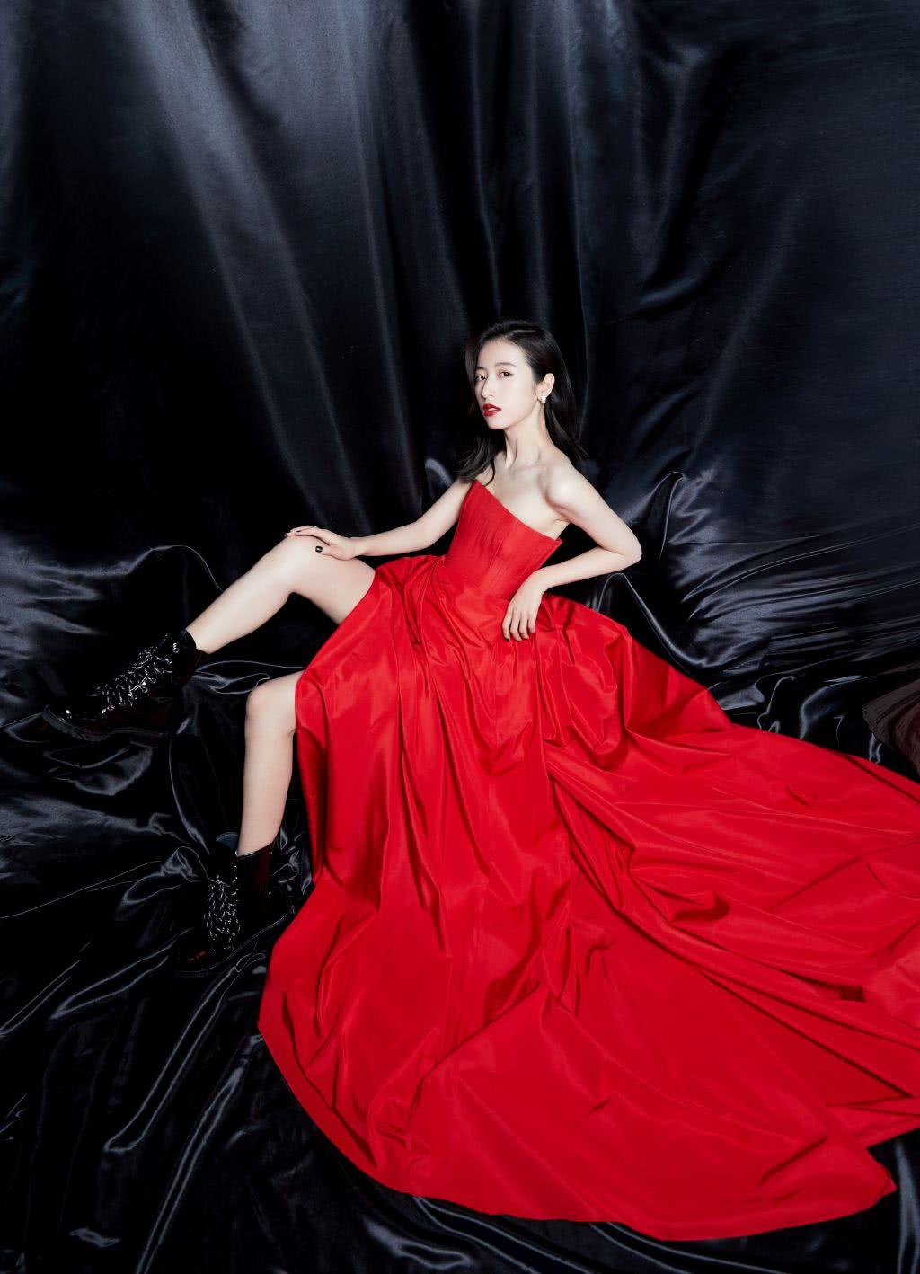 她是《大宋少年志》女主,今穿大红色抹胸开叉裙,美得高调明艳