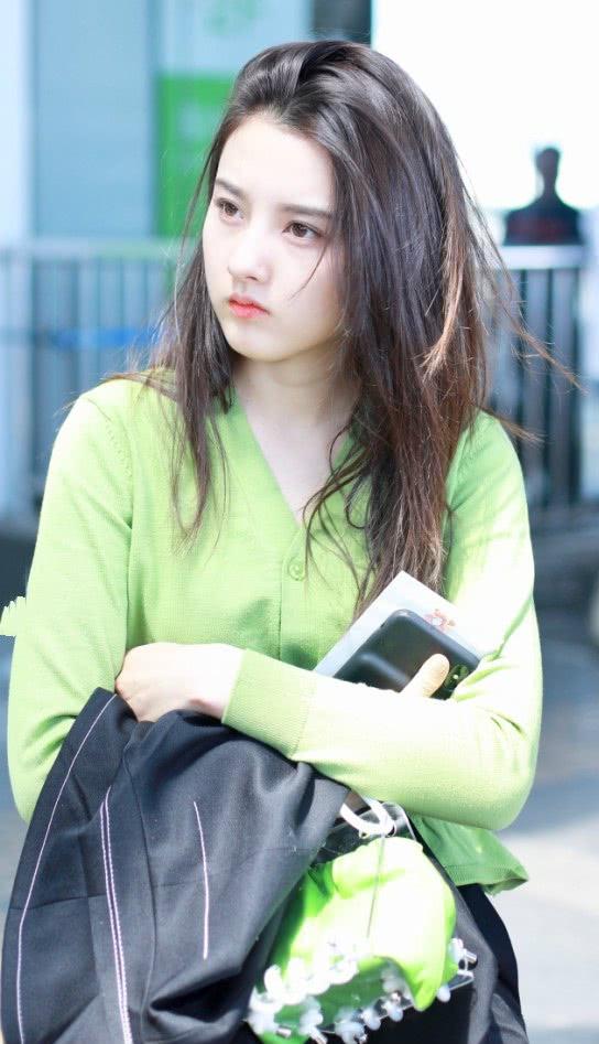 """果然白皮适合穿绿色针织衫,宋祖儿穿出""""初恋感"""",贼养眼!"""