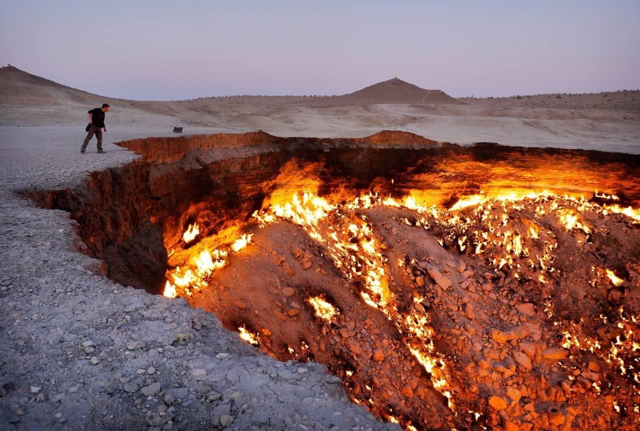 中亚70米深巨型坑洞,烈火燃烧48年,内藏能源供全球用百年