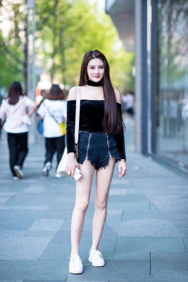 帅气大方尽显你迷人的好身姿,牛仔裤绽放美女不一般的魅力