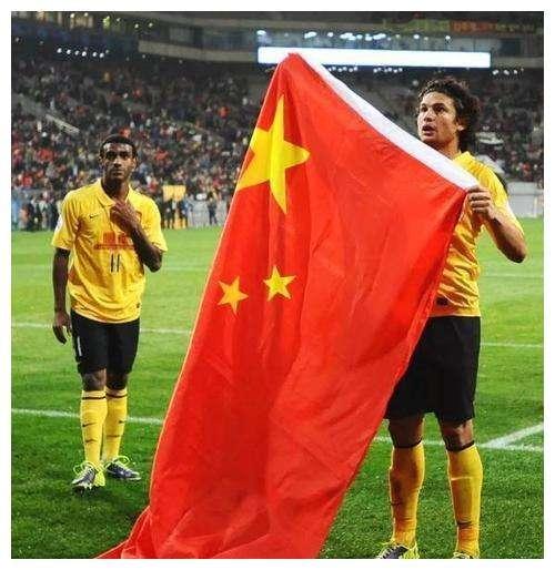 埃神归化国足惹争议,詹俊称高兴不起,巴西球迷炮轰他是为了钱