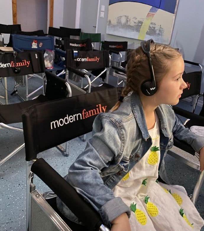 贝克汉姆客串的摩登家庭昨晚播出,奶爸晒小七当时美美的探班照!
