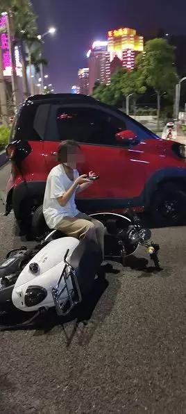 桂A小车突然后溜,撞到100多米外的绿化带才停下来!有人被撞