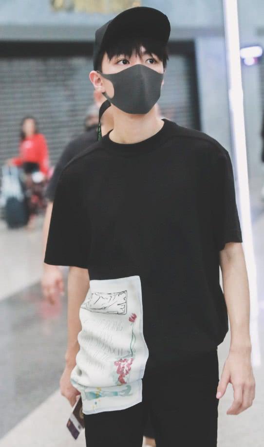 """王俊凯嫌黑T恤太单调?在上面画了""""一幅画"""",瞬间变时髦了!"""