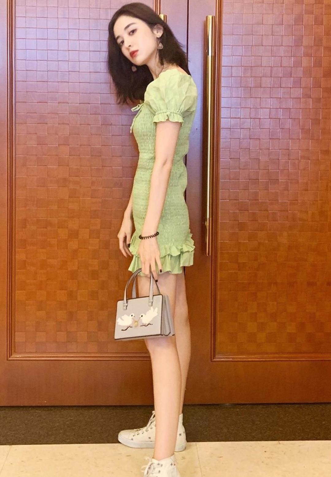 娜扎这包包,确实很高档,难怪她为了晒包站坐蹲姿势一个不落!