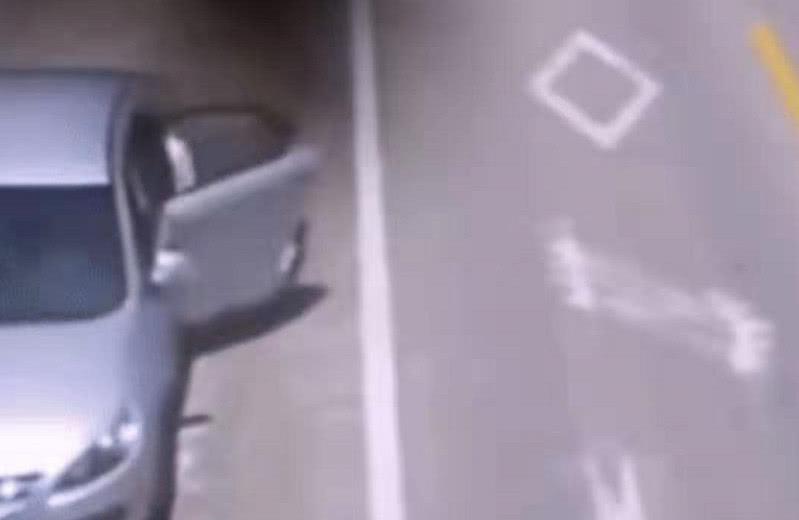 一辆失控车从身边溜过,出租车司机光脚狂追100米,救下4条命
