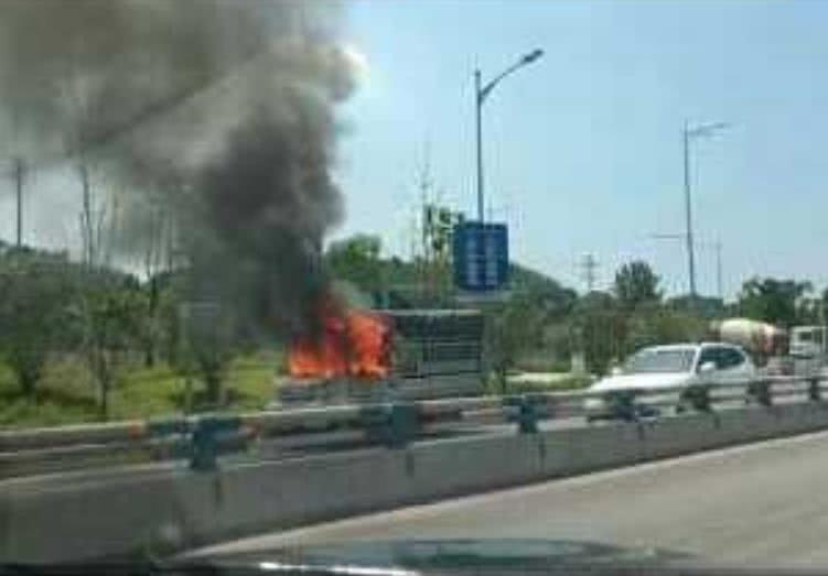 货车道路上自燃 目击者称:灭火器都喷了几个