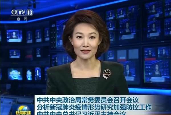 央视《新闻联播》主持人李梓萌低头念稿,系多年来首次,原因曝光引热议