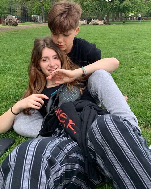 网友晒出 贝克汉姆14岁儿子的亲密照 疑似恋爱了