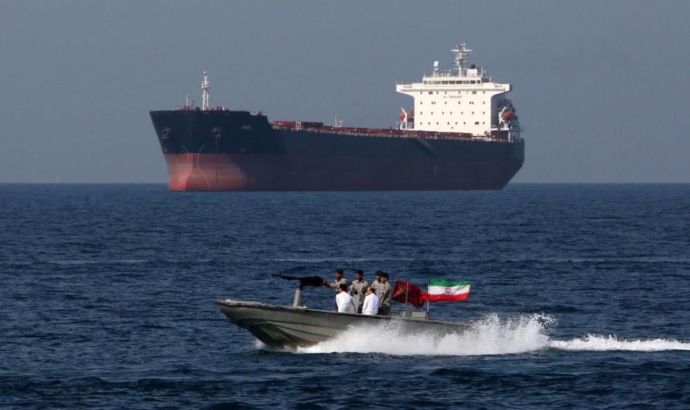<b>伊朗沉默半月再次出手,扣押一艘盟友油轮,中东冲突迅速升级</b>