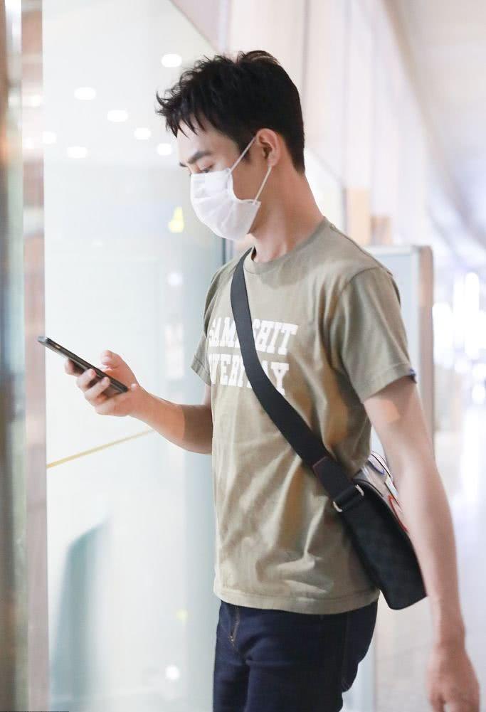 "<b>36岁王凯新造型曝光,低调装束显瘦又减龄,机场秒变""低头族""</b>"