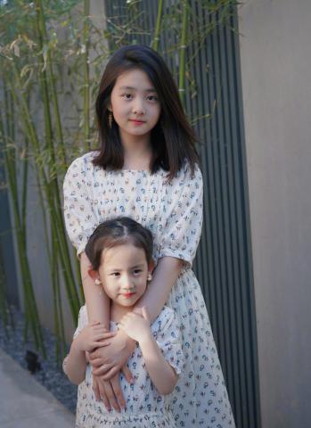 """<b>黄多多染发算什么?看到雷佳音7岁女儿酷炫""""大波浪""""才是真放飞</b>"""