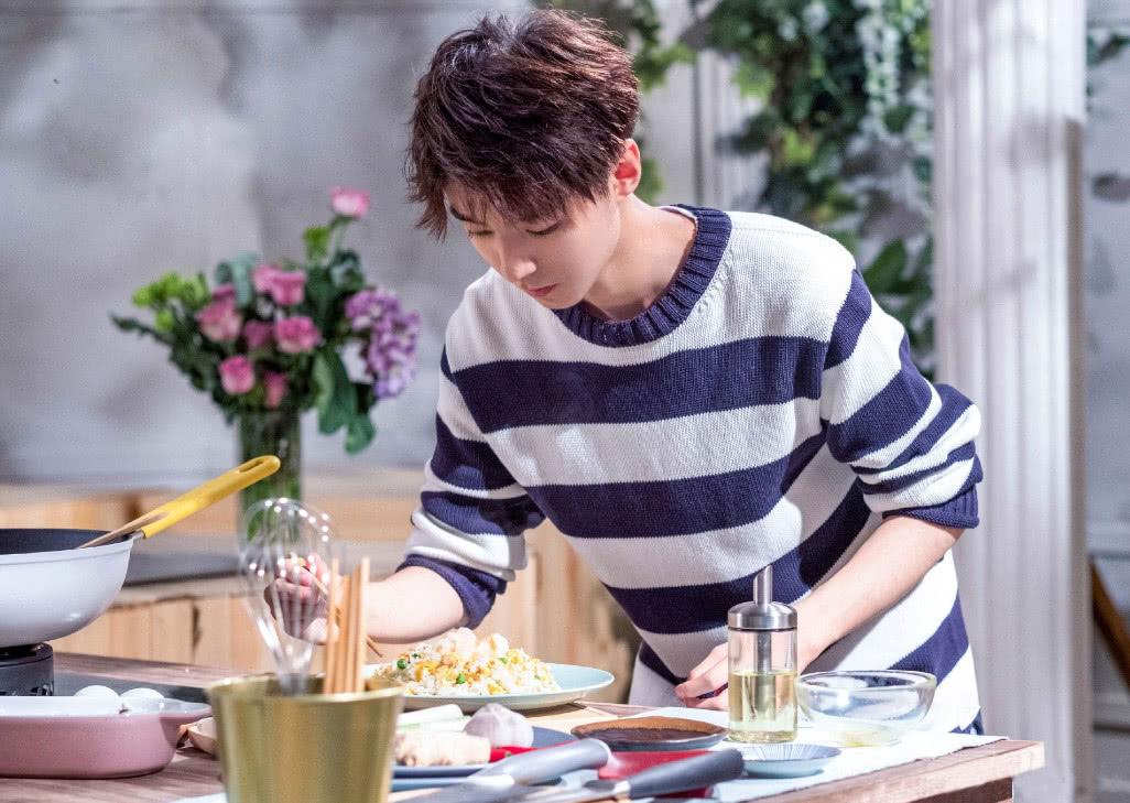 粉丝想零报酬去王俊凯奶茶店上班,看到服务员颜值后,扭头就走!