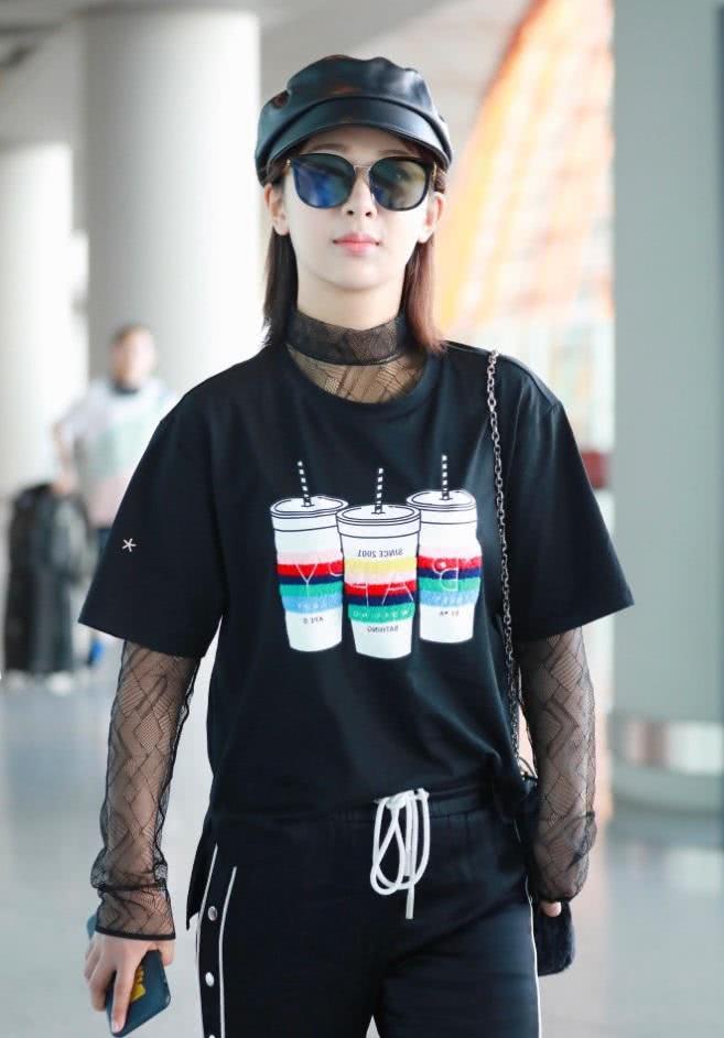 """杨紫最近甜齁人,走机场被发现""""偷穿""""韩商言裤子,搭老爹鞋贼酷"""