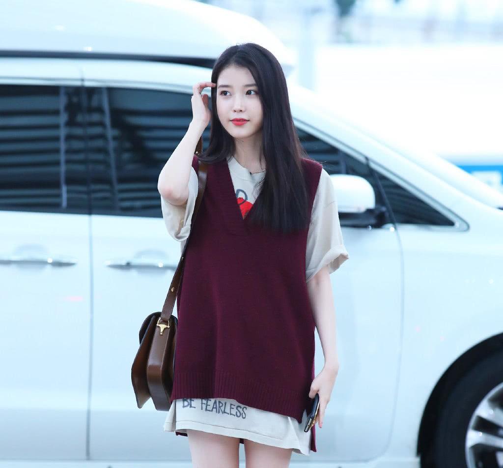 """被韩国人称为""""国民妹妹"""",穿长款T恤配枣红色针织衫,甜美动人"""