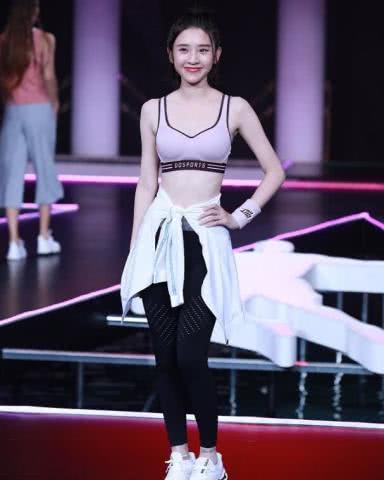 唐艺昕穿露脐运动装走秀,不输维密超模,笑容比奚梦瑶更甜