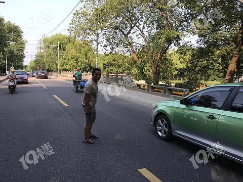 简直不要命!竟然有人马路中间碰瓷!过往车辆注意