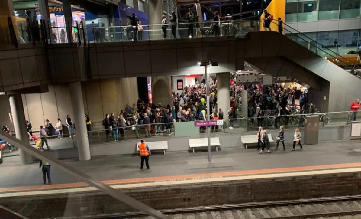 澳大利亚一火车站突然陷入混乱,有乘客报警称发现持枪男子