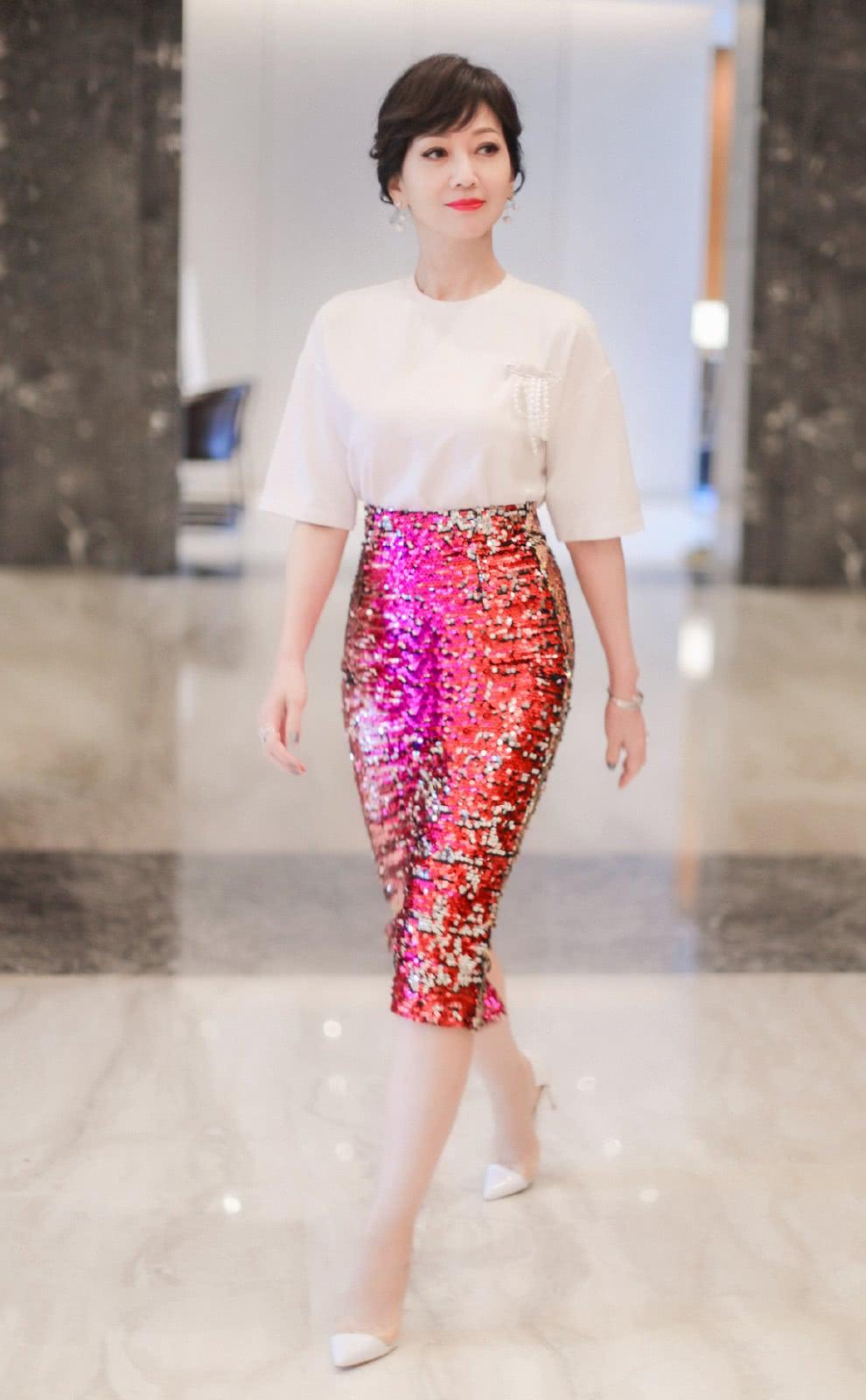 赵雅芝身材完胜少女,白T配红色亮片紧身裙,S型曲线赚足眼球